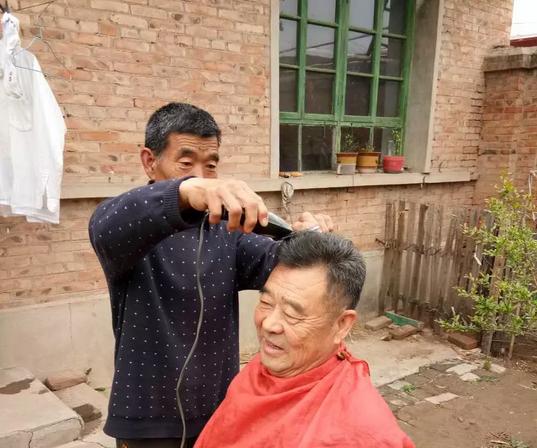 30余载 义务为村民理发的小学教师肖建奇